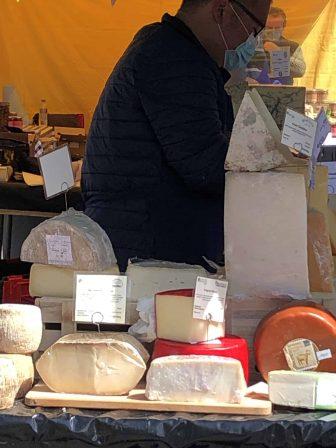 チズィックのチーズ市の様子