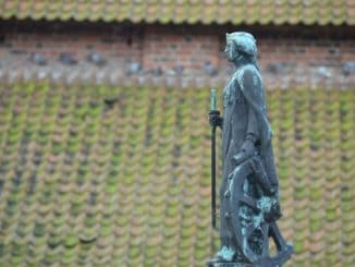 Denmark, Ribe – roof and statue, July2012