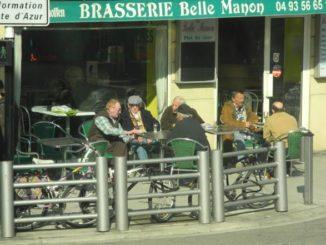 Anziani passano il loro tempo al bar