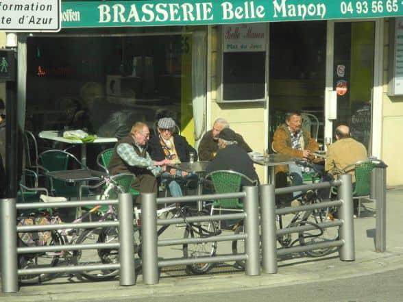 Anziani passano il loro tempo al bar a Nizza in Francia