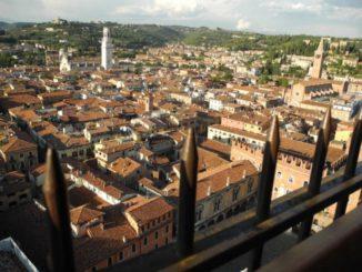 Guardando Verona dall'alto in basso