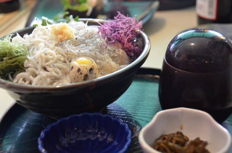 Comer sardinas en Kamakura