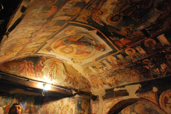 La chiesa in una grotta a Kalista in Macedonia