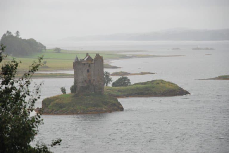In Scozia, il castello di Stalker sotto la pioggia