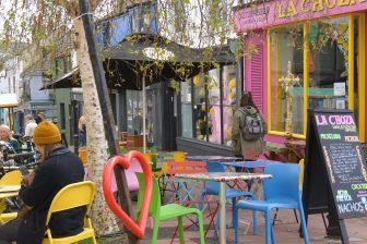 ブライトンのボヘミアン街のカラフルなカフェ