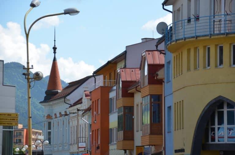 Una signora gentile a Vlkolinec in Slovacchia