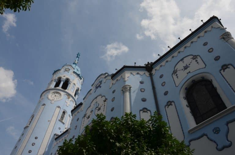 La chiesa blu di Bratislava assomiglia ad una casa di marzapane