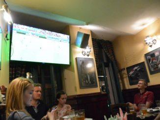 Vedendo la partita di calcio al pub a Riga