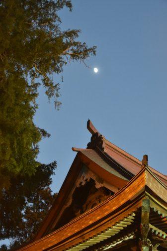 柏市のお寺、紅龍山布施弁天東海寺の上の月