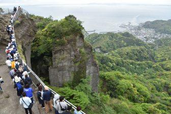 日本 千葉県 鋸山 地獄覗き 人の列 景色