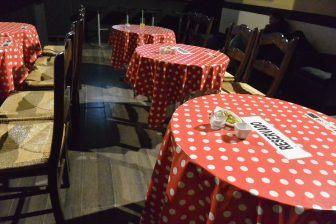 アンダルシアのヘレス・デ・ラ・フロンテーラにあるフラメンコ会場のテーブル