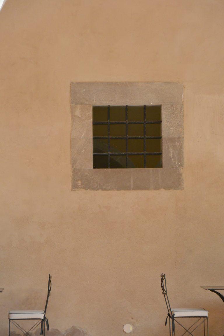 Tavira, hotel – chairs and a window, Feb.2017 (Tavira)
