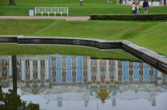 琥珀の間があるエカテリーナ宮殿が池に映る様子