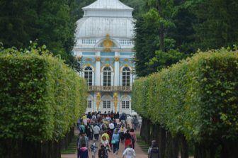 エカテリーナ宮殿の庭を行く人々