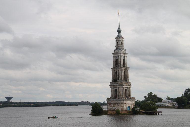 El campanario de Kalyaziny y el canal de Moscow