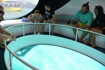 こんな船でザキントス島のウミガメを見に