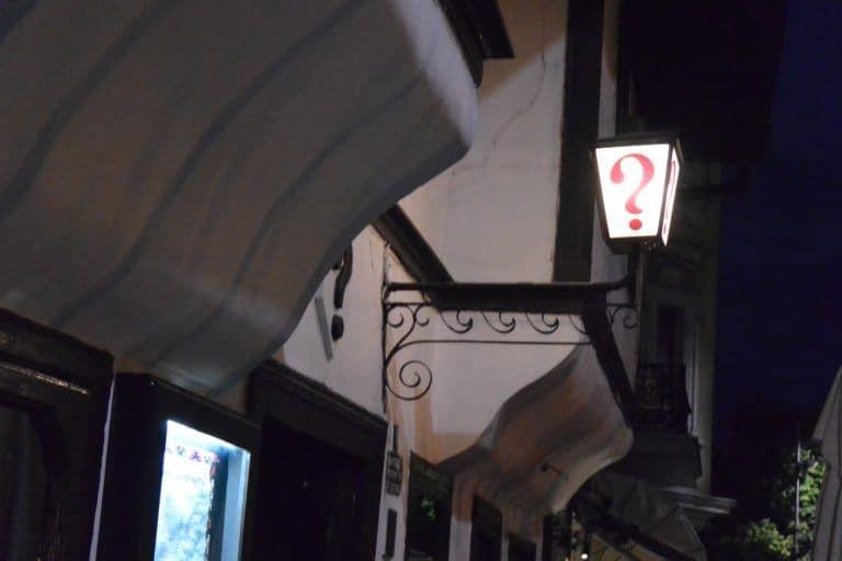 """El restaurante llamado: """"?"""" y la ciudad por la noche"""