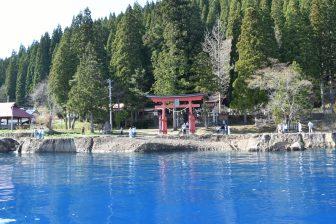 Blu sorprendente sul lago Tazawa
