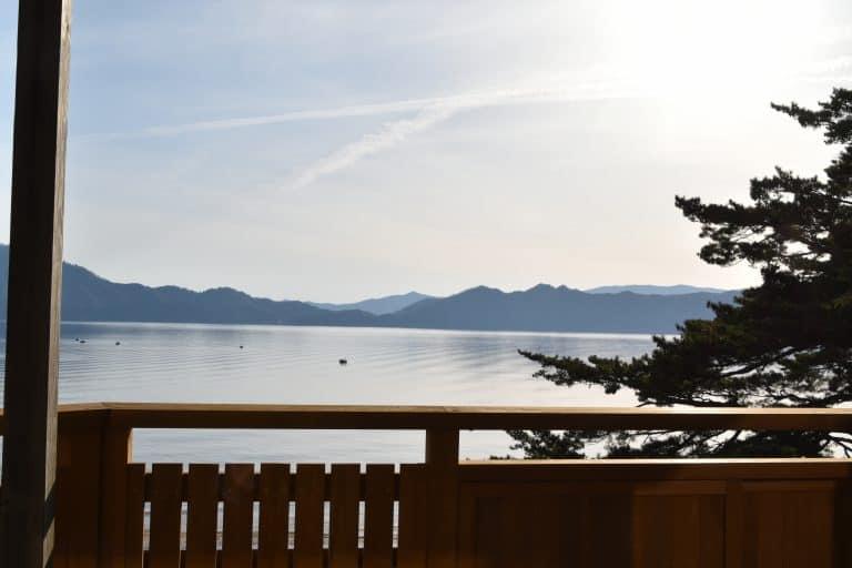 L'hotel di fronte al lago ed i fiori Katakuri