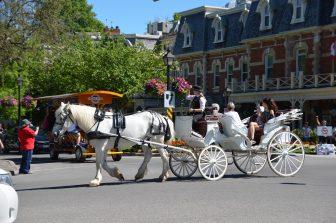 カナダ ナイアガラ・オン・ザ・レイク 白 馬車 観光客