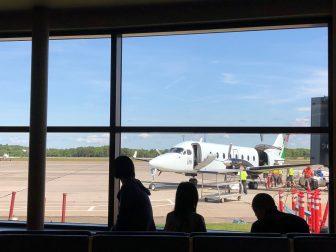 カナダ プリンス・エドワード島 空港 窓 小さなプロペラ機 人々