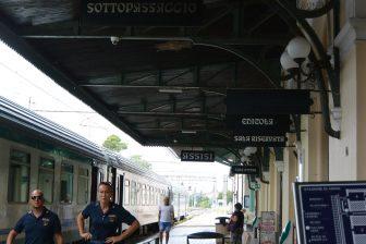 イタリア ウンブリア州 アッシジ 駅 プラットホーム 列車 人々