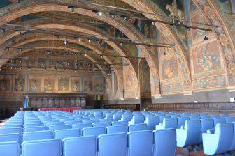 イタリア ウンブリア州 プリオリ宮 公証人の間 水色の椅子