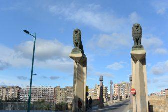 Spain-Zaragoza-Puente de Piedra bridge-statues of lions