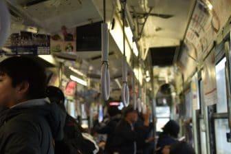 日本 九州 熊本市 市電 つり革 人々