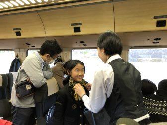 "apón-Kyushu-Oita-train- ""Yufuin no Mori"" -niños en uniforme"