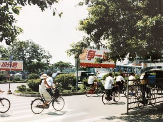 China-Guilin-bicicleta-calle-personas