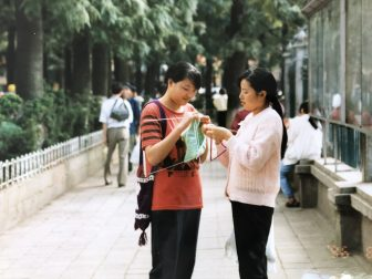 China-Kunming-women-knitting-pavement