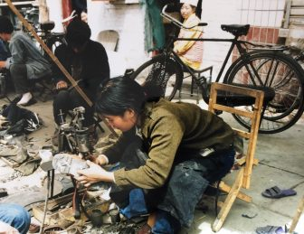 Lanzhou-China-Mercado-Mujer-Zapatos-Rotos-Arreglando-Trabajo