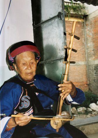 Cina-Shilin-Sani-donna-suona-canta