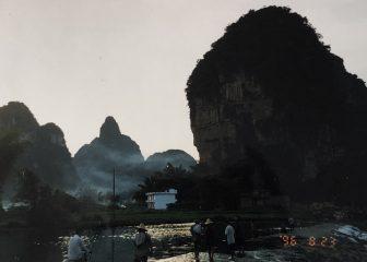 China-Yangshuo-rocas-montañas-oscuro-noche-día-largo