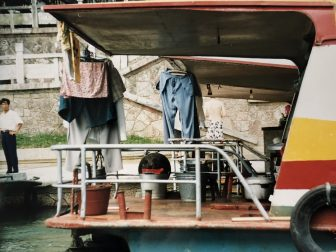 China-Yangshuo-barco-vida-hombre-limpiandose