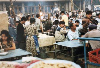 中国 トルファン ストリートフード 市場 地元の人々 賑わい