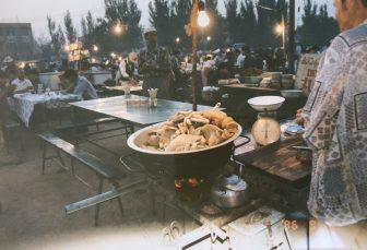 中国 トルファン ストリートフード 夜市 ごった煮 秤