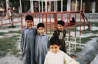 Gilgit-ciudad-hombre-niñps-jugando