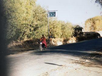 中国 タシュクルガン 女性 タジク人 サイクリング