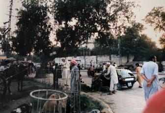 Pakistan-Rawalpindi-gente-caos-coches