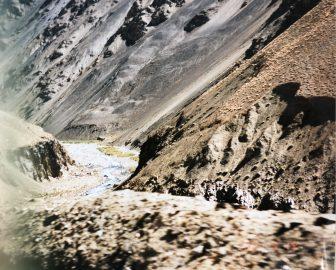 パキスタン ススト近辺 渓谷 灰色 川