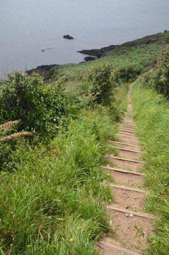 イングランド コーンウォール州 ルーからポルペロ 散歩道 坂 海