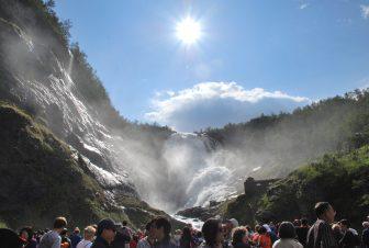ノルウェー Norway in Nutshell Tour フロム鉄道 ショース滝 人々