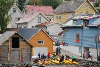 ノルウェー ソグネ・フィヨルド ネーロイフィヨルド 村 家々 カラフル 人々