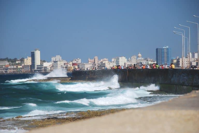 Los ultimos sitios que visitamos fueron Centro Habana y Malecon