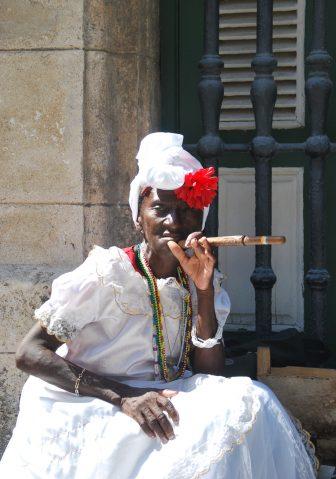 ハバナ旧市街で着飾ってポーズを取る女性