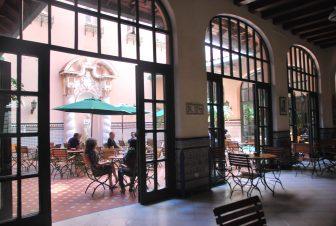 ハバナの歴史的なホテル・セビリアの中庭へ