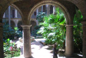 ハバナ旧市街のサン・フランシスコ・デ・アシス教会の中庭