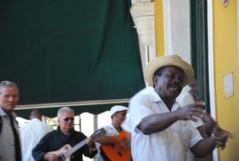 ハバナ旧市街で演奏する人々
